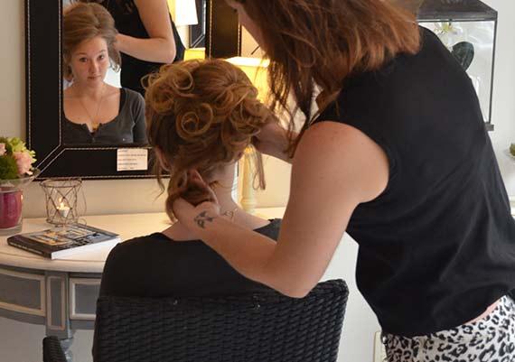coiffure de cérémonie et chignon dans notre salon à bruxelles
